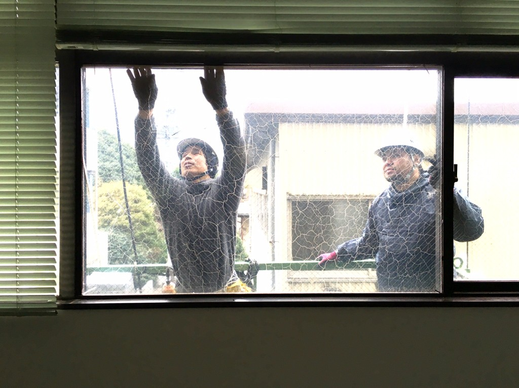 ビルのガラス修繕